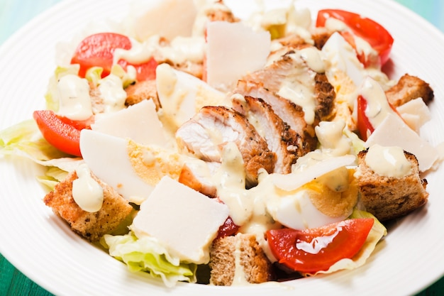 Салат цезарь в тарелке