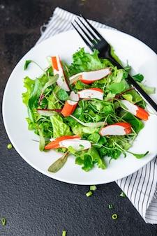 サラダカニカマグリーンレタスの葉ミックス花びら新鮮な部分食事スナックテーブルコピースペース