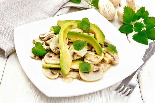 アボカドと生のシャンピニオンのサラダ、レモンジュースと植物油で味付け