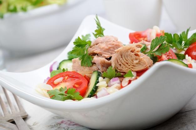 Салат из консервированного тунца с помидорами, огурцом и орзо