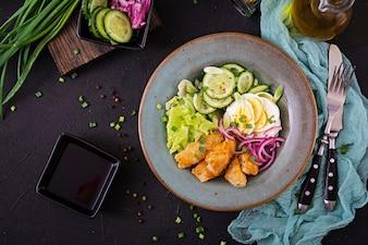 卵からのサラダ、揚げた魚、新鮮な野菜。アジア料理。上面図