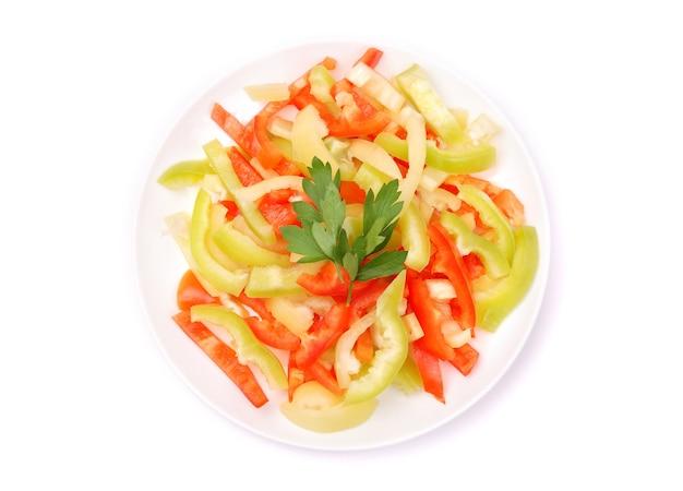 Салат из свежих овощей на белом