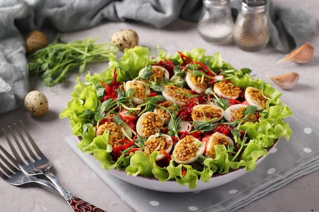 유기농 상추 잎, 완두콩 마이크로 그린, 당근, 메추라기 알 샐러드, 겨자와 올리브 오일로 양념, 가로 형식, 근접 촬영