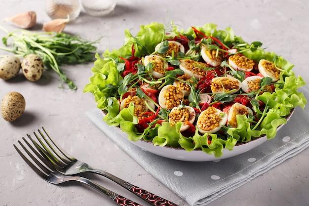Салат из органических листьев салата, микрозелени гороха, моркови и перепелиных яиц, заправленный горчицей