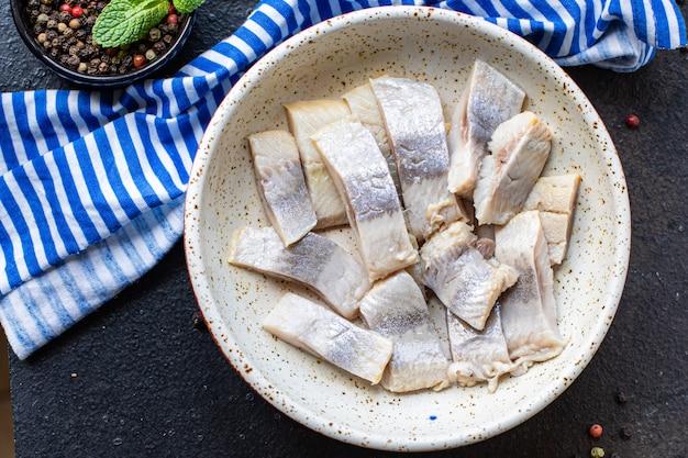 Салат сельдь ломтик рыбы соленая свежая закуска из морепродуктов на столе