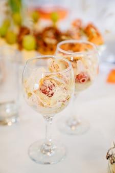 ビュッフェテーブルのガラスの快適なサービングのサラダ