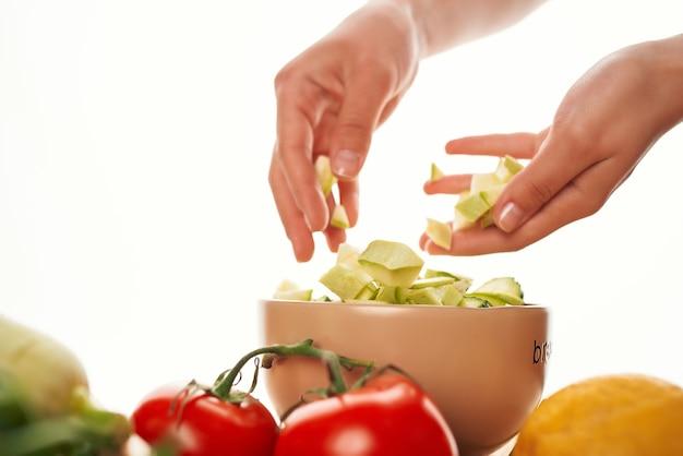 Салат в тарелке нарезанные овощи здоровое питание свежие овощи
