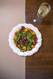 白ワインと白皿のサラダ