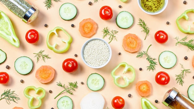 サラダの食材のレイアウト。チェリートマト、ニンジン、キュウリ、大根、野菜、コショウ、スパイスと食品パターン