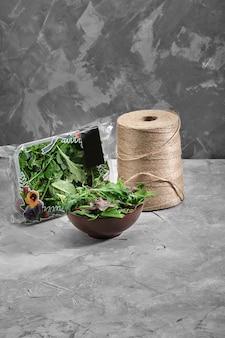 サラダはパンジーを残し、レタスの異なるグリーンはサラダとスミレを混ぜます