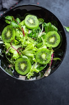 サラダレタスとキウイグリーンのミックスの葉は、調理して食べる準備ができています