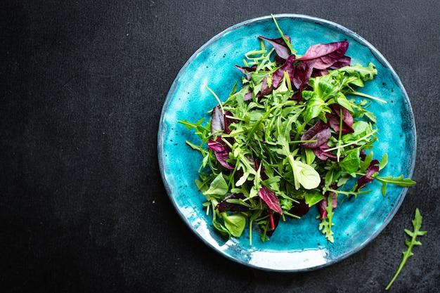 Салат салат листья овощи микс зелень порция на столе здоровая еда закуска