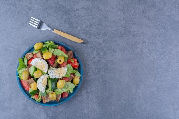 Mix di insalata con ingredienti per la colazione sulla superficie in marmo