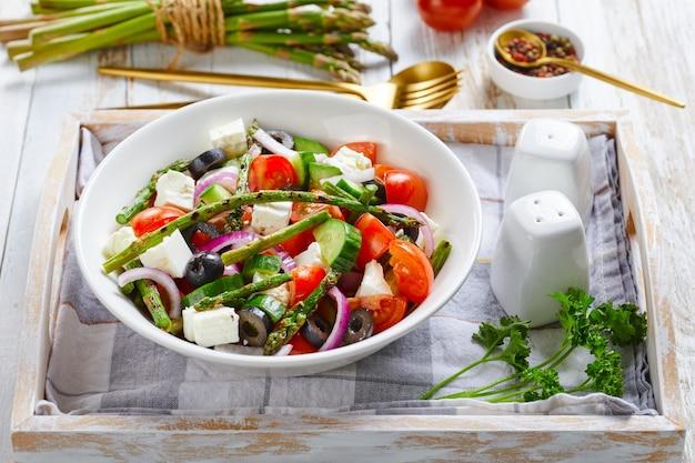 アスパラガス、チーズ、トマト、きゅうりのサラダ