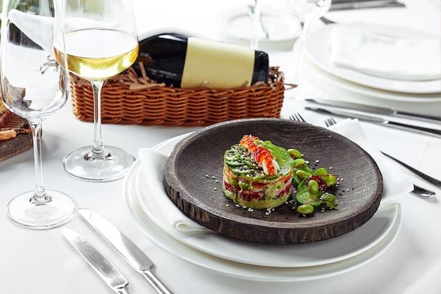 アボカド、シーフード、肉、野菜、カボチャの種のサラダ。食事療法、健康的でおいしい。宴会のお祭り料理。グルメレストランメニュー。白色の背景。