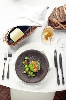 아보카도, 해산물, 고기, 야채, 호박씨 샐러드. 건강에 좋고 맛있습니다. 연회 축제 요리. 미식식당 메뉴판. 흰색 배경. 프리미엄 사진
