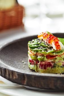 아보카도, 해산물, 고기, 야채, 호박씨 샐러드. 건강에 좋고 맛있습니다. 연회 축제 요리. 미식식당 메뉴판. 흰색 배경.