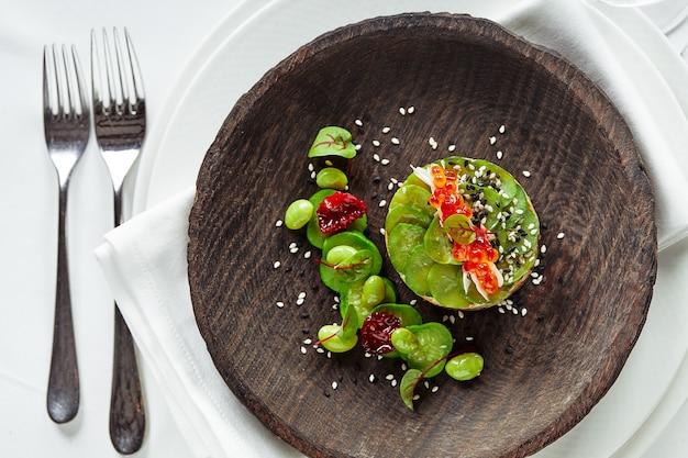 Салат из авокадо, морепродуктов, мяса, овощей и тыквенных семечек.