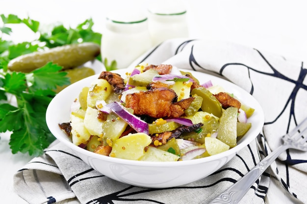 茹でたジャガイモ、ベーコンのフライ、赤玉ねぎ、きゅうりのピクルスのサラダ、マスタードで味付け
