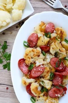 カリフラワー、焼きソーセージ、ネギのサラダ