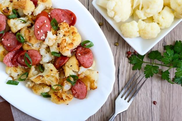 Салат из цветной капусты, колбас на гриле и зеленого лука