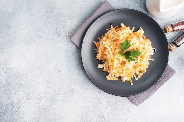 Салат из свежей тертой моркови и зеленой редьки с соусом