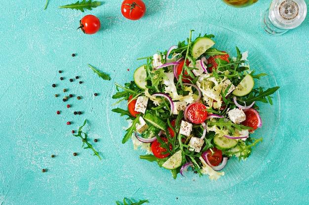 신선한 야채-그리스 스타일의 토마토, 오이, 페타 치즈 샐러드. 평평하다. 평면도