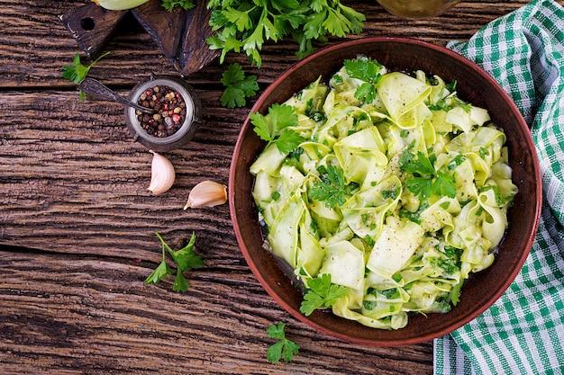 スパイスでマリネしたズッキーニのサラダ。ビーガンフード健康食。上面図