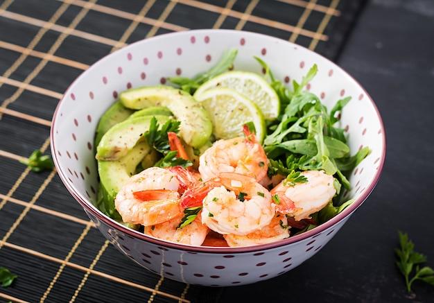 Салат из креветок. салат из креветок, рукколы, ломтик авокадо, крупным планом. здоровая концепция.