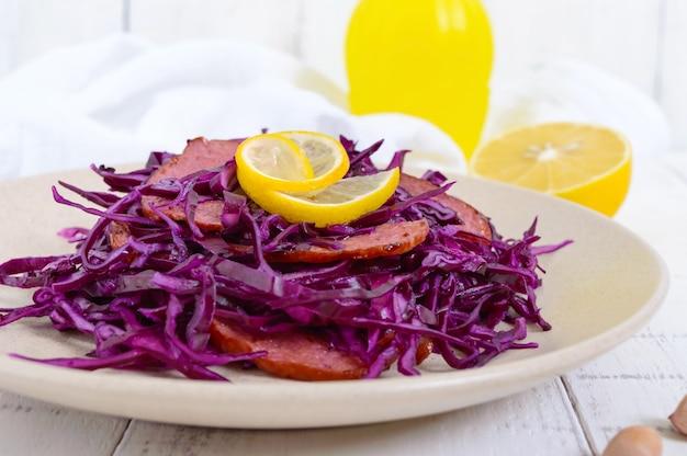 Салат из красной капусты, салями и арахиса