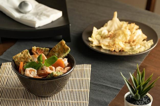 Салат из морепродуктов и жареная капуста с рыбным соусом