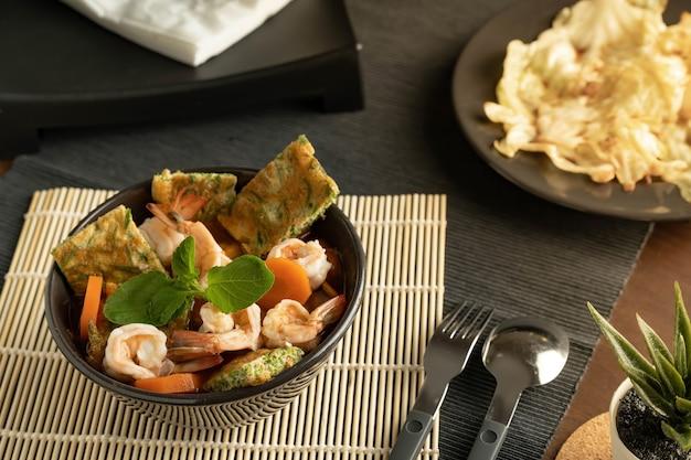 魚介のサラダとキャベツの炒め物
