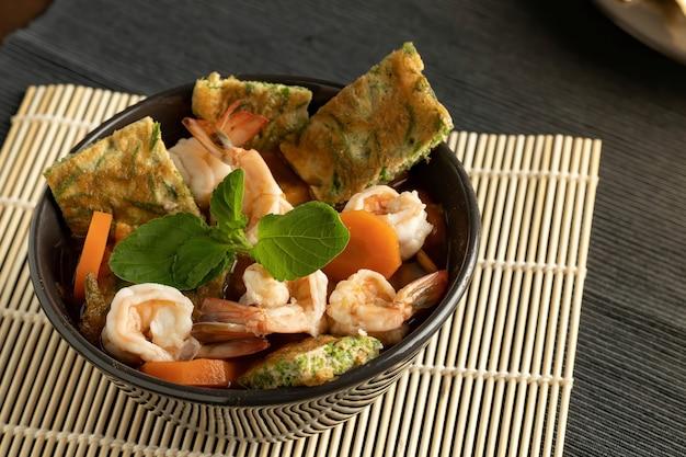 Салат из морепродуктов вид сверху