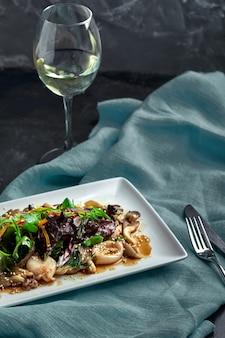 イカ、マッシュルーム、野菜のサラダ。