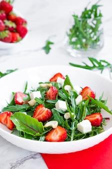 사탕무 상판 치즈와 캐슈넛을 곁들인 딸기 샐러드 잎 케토 다이어트 및 팔레오 다이어트