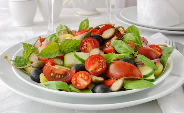 바질과 케이퍼를 곁들인 여름 야채 샐러드