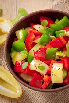 Салат из сладкого разноцветного перца с оливковым маслом