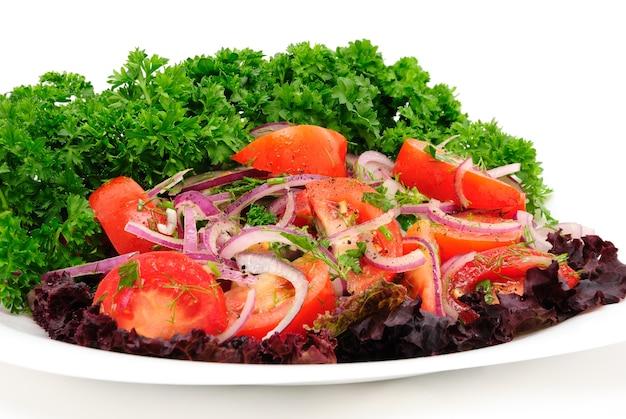 흰색 배경에 날카로운 푸른 양파와 파슬리를 곁들인 토마토 샐러드
