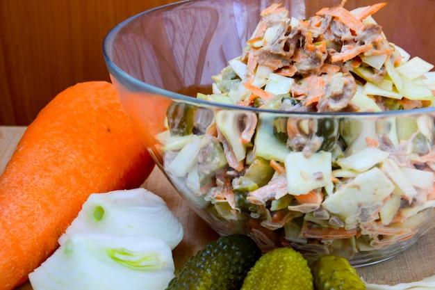 ビタミンキャベツ、にんじん、玉ねぎ、きゅうりのピクルス、牛肉のサラダ。健康的な食事。自家製。