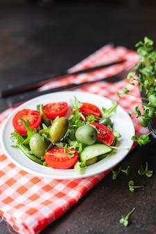 サラダオリーブフルーツ野菜オリーブトマトきゅうりレタスミックスはスナックケトまたは古ダイエットを残します
