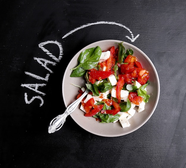 テーブルの上のサラダ