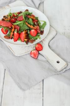 白いテーブルのサラダ