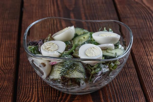 木製のテーブルのサラダ
