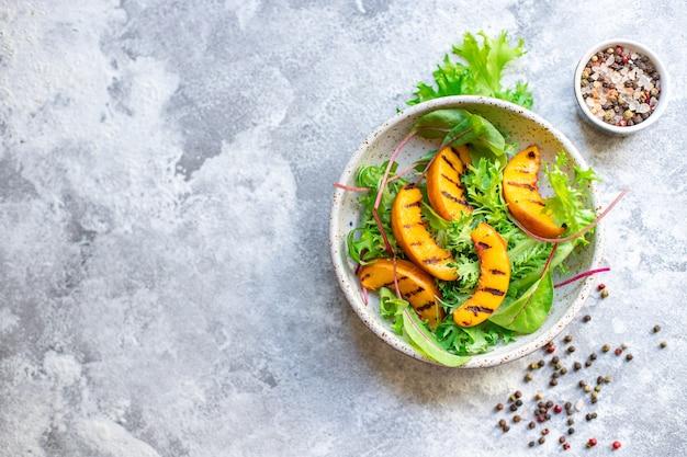 Салат персик гриль листья салата микс нектарин ингредиент