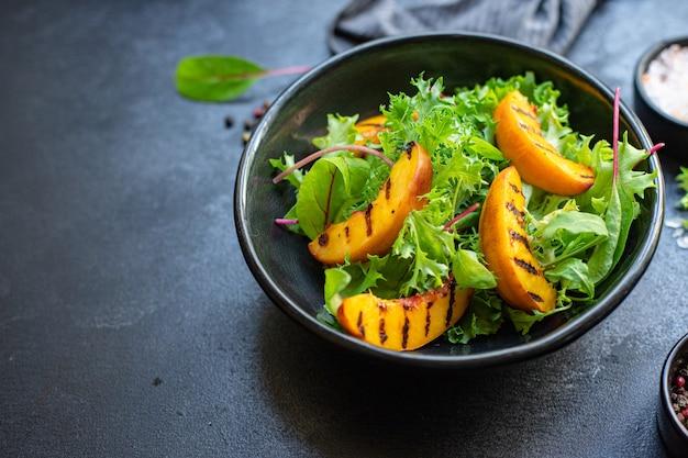 Салат персик гриль листья салата микс нектарин