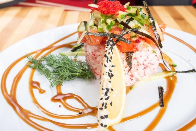 Салат, тартар из лосося с икрой, на тарелке. для любых целей.