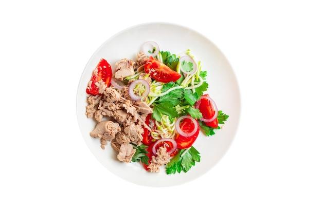 Салат тунец морепродукты овощи помидоры лук зелень оливки консервы из тунца тарелка на столе