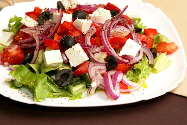 하얀 접시에 샐러드 야채와 치즈입니다. 유용한 비타민 식품
