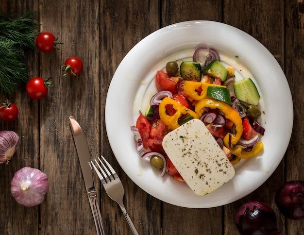 나무 배경에 샐러드 야채와 치즈, 위에서 보기