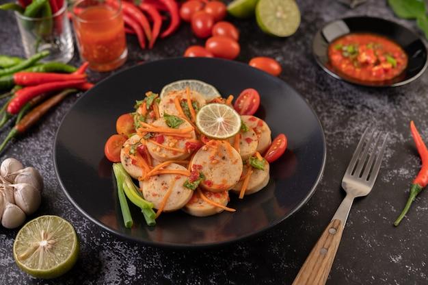 チリ、レモン、ニンニク、トマトのサラダベトナムポークソーセージ